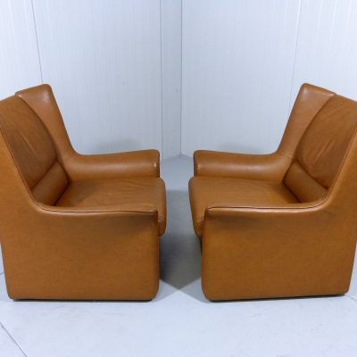2 Leather Lounge Chairs and Footstool Cognac 1